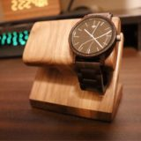 WatchLife 木製ウォッチスタンド 腕時計は2本着用可能。
