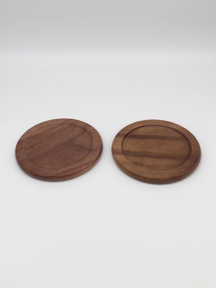 Anyasun 木製コースターは1枚1枚木目や色合いが異なる。ちょっとした違いを楽しめる