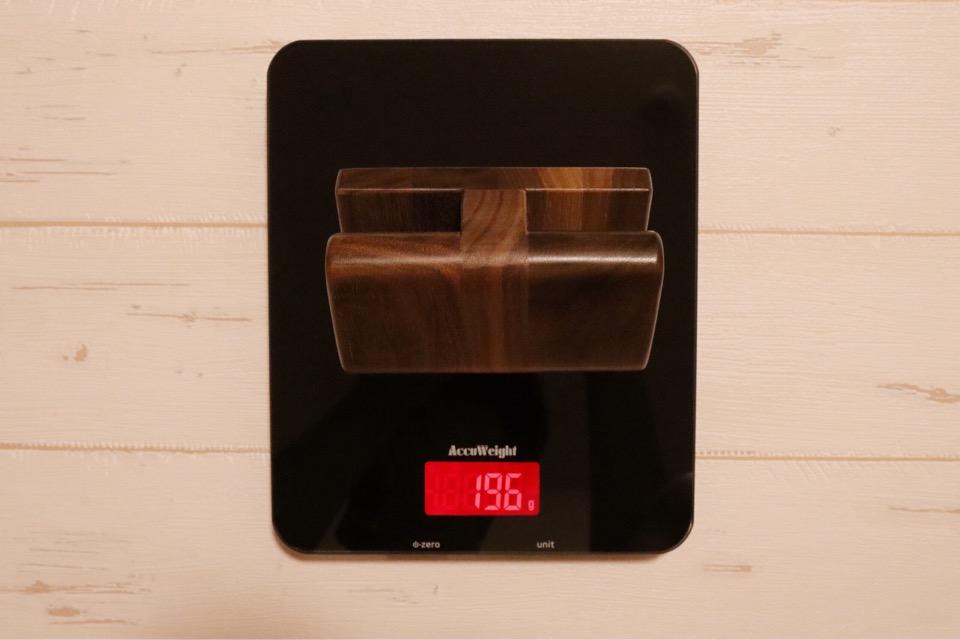 WatchLife 木製ウォッチスタンドの重量は196g。重いとまではいかないが、やはりそれなりの重量はある