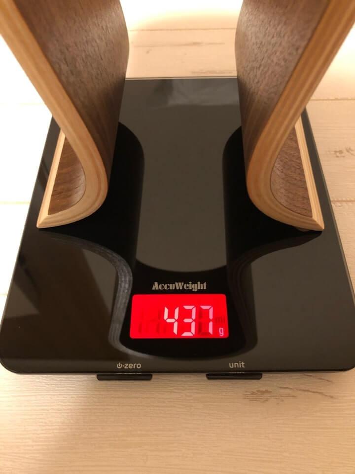 TCATEC ヘッドフォンスタンドの重さは437gと、非常に軽い。床に落としても傷がつかない