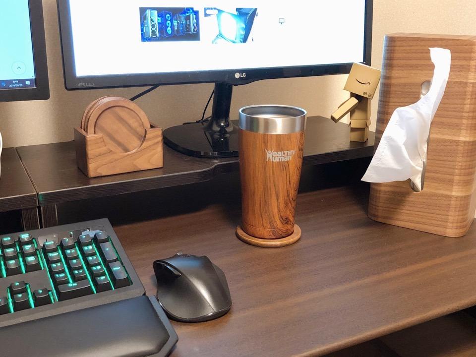 Anyasun 木製コースターをデスクに載せ、タンブラーを載せる。木目調と相性が良い