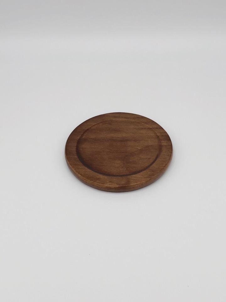 Anyasun 木製コースターの外観。円形でブラウン寄りの色をしている
