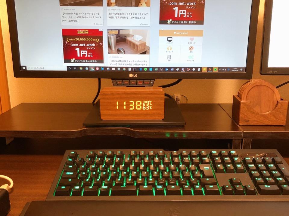 CosyLife 木目調置き時計の正面の写真。小さめのサイズであることが分かる