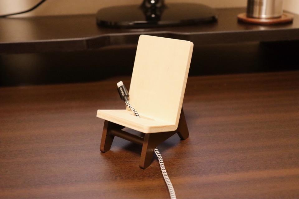 ヤマト工芸 chair holderには充電ケーブルを挿す穴が空いている