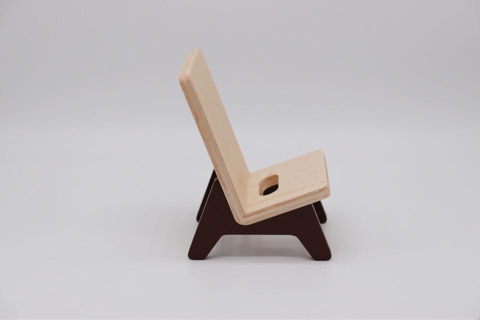 ヤマト工芸 chair holderを横向きで撮影。倒れすぎずまっすぐ過ぎずのちょうど良い角度