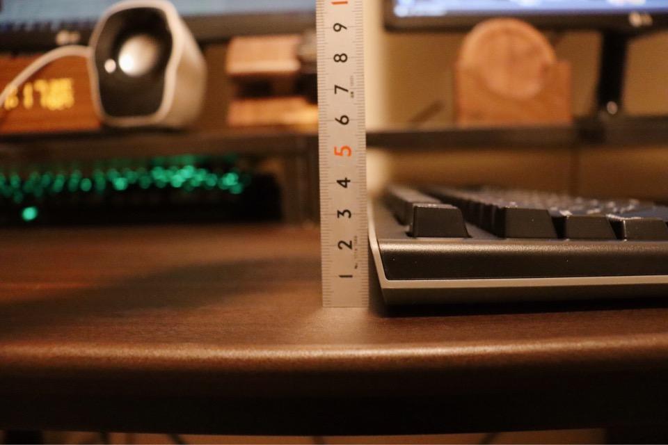 エレコム TK-FDM088TBKのスタンドを立てなかった時の高さは3cmほど。打鍵感のあるキーボードの中ではかなり薄い