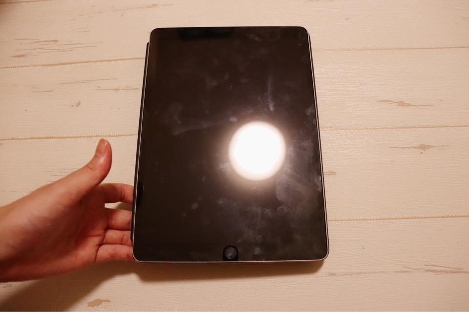 エレコム KCT-006GYのクリーニング効果を測るため、指紋を付けたiPad Pro