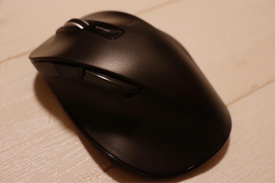 エレコム M-XGL10DBSBKはサイドボタンがついており、楽に進む・戻るの操作ができる