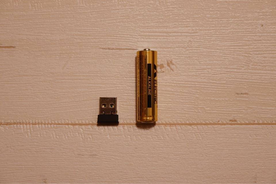 エレコム M-XGL10DBSBKの付属品は単三電池1本とレシーバー。最大