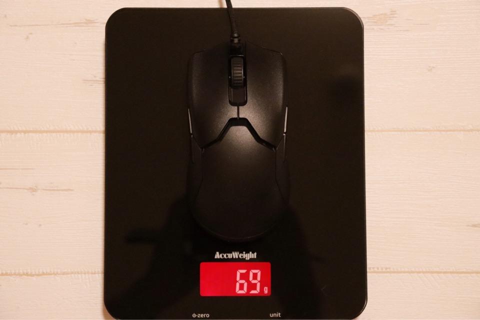 Razer Viperの重さは69gと非常に軽量。穴が空いていないタイプの中では一番軽い