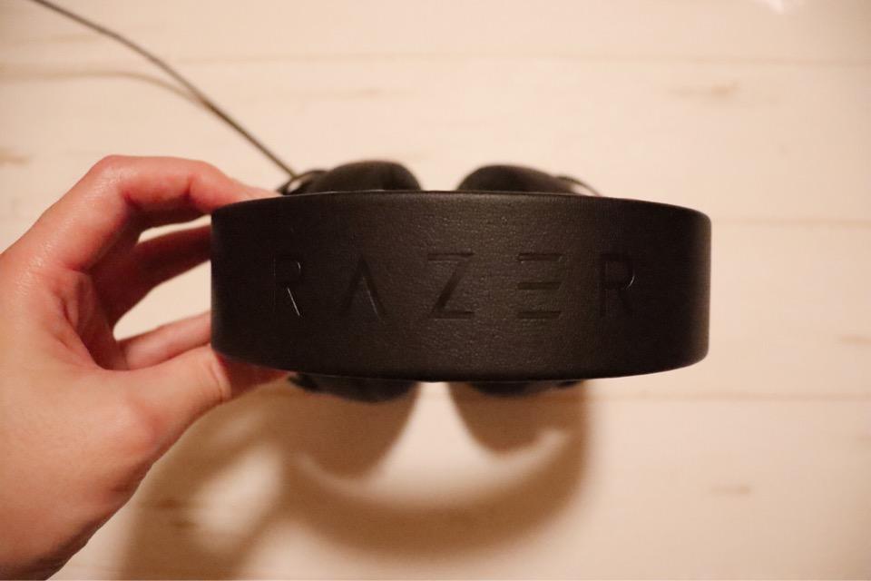 Razer Kraken pro V2のヘッドバンド。上部にはRazerの刻印があります