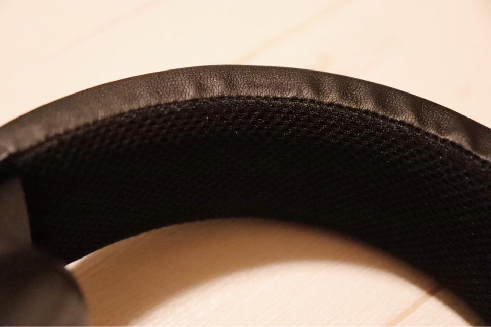 Razer Kraken pro V2のヘッドバンドはメッシュ加工されてある。