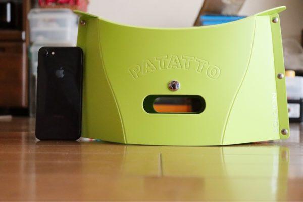 コミケに最適な折りたたみ椅子パタットミニ(PATATTO mini)は、高さがiPhone8より少し高い
