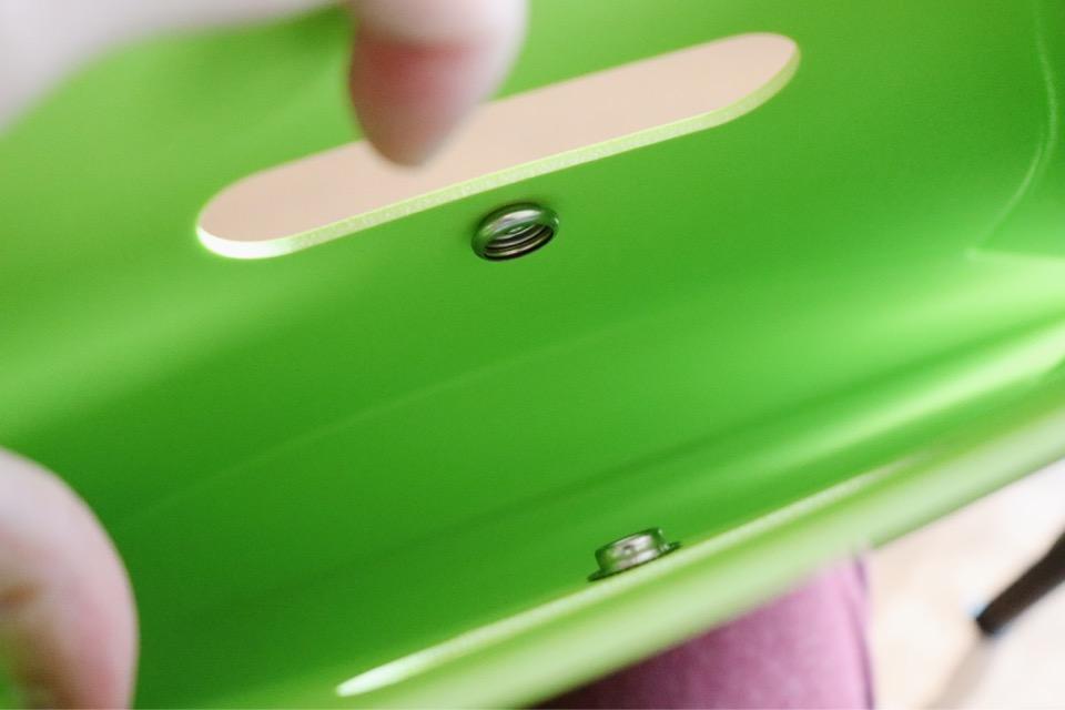 コミケに最適な折りたたみ椅子パタットミニ(PATATTO mini)は、ホックが付いている