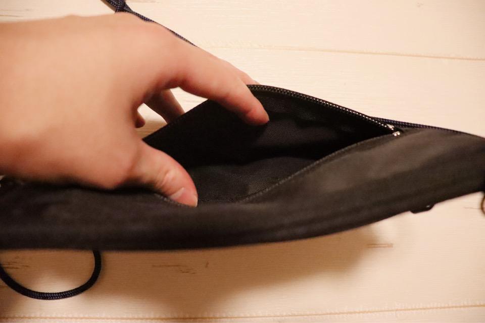 コミケ用財布tefoxトラベルウォレットには、前ポケットがあり、ポケットティッシュが入れられる